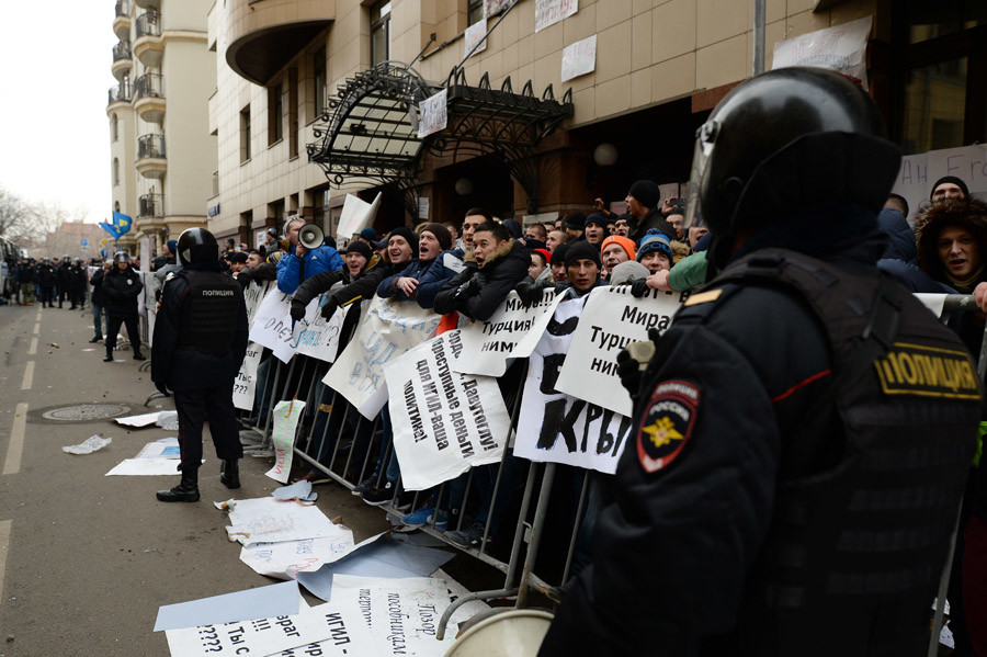 Muscovites gather near the Embassy of Turkey for a protest rally against Turkish Air Forces' actions. © Alexander Vilf