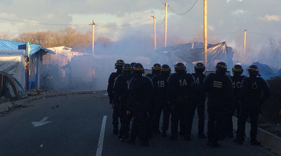 French police unleash tear gas against migrants in Calais, as mayor calls for army help
