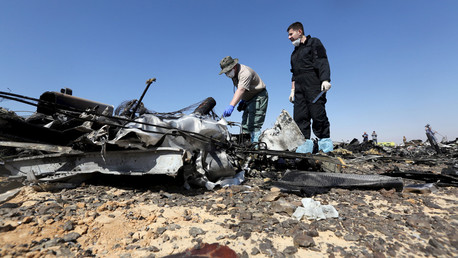 Military investigators from Russia check debris from a Russian airliner at its crash site at the Hassana area in Arish city, north Egypt, November 1, 2015 © Mohamed Abd El Ghany