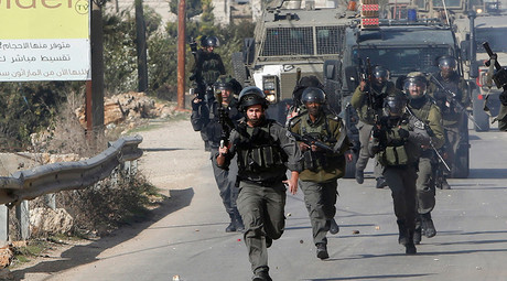 Israeli border policemen run during clashes with Palestinians in the West Bank village of Beit Ommar, north of Hebron November 3, 2015 © Mussa Qawasma