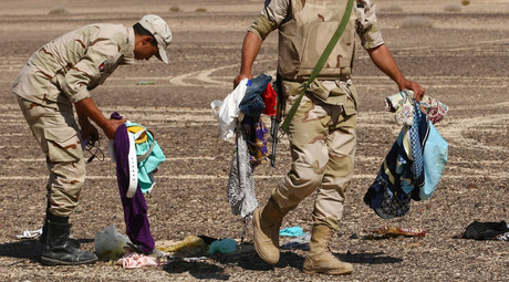 Servicemen gather passengers' belongings on the crash site of the Airbus A321 that was carrying out Kogalymavia Flight 9268 from Sharm el-Sheikh to St. Petersburg, 100 km south of El Arish in the northern Sinai Peninsula. © Maxim Grigoryev