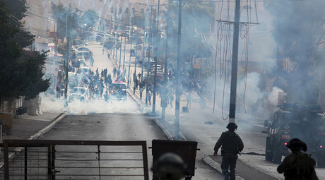 Palestinian protesters run from tear gas canisters fired by Israeli troops during clashes in the West Bank city of Bethlehem November 11, 2015. © Abdelrahman Younis