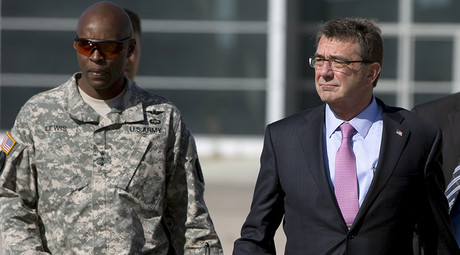 U.S. Defense Secretary Ash Carter and U.S. Army Lt. Gen. Ron Lewis © Carolyn Kaster