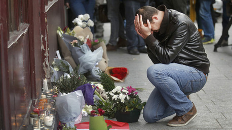 A man pays his respect outside the Le Carillon restaurant the morning after a series of deadly attacks in Paris , November 14, 2015. © Christian Hartman