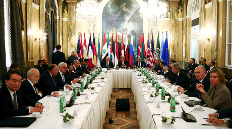 Russia's Foreign Minister Sergei Lavrov (centre R), U.S. Secretary of State John Kerry (C) and foreign ministers attend a meeting in Vienna, Austria, November 14, 2015. © Leonhard Foeger