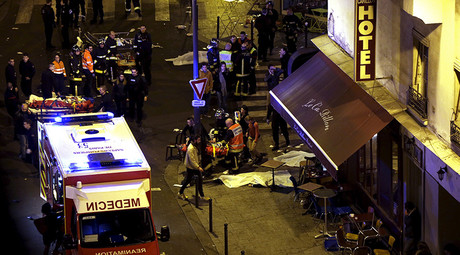 General view of the scene with rescue service personnel working near covered bodies outside a restaurant following shooting incidents in Paris, France, November 13, 2015. © Philippe Wojazer