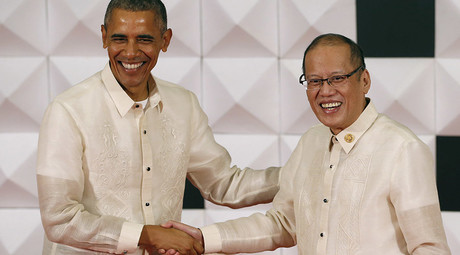 U.S. President Barack Obama shakes hands with Philippine President Benigno Aquino before a family photo and a gala dinner of the Asia-Pacific Economic Cooperation (APEC) leaders and their spouses in Manila, November 18, 2015. © Erik De Castro