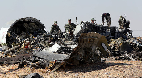 Military investigators from Russia stand near the debris of a Russian airliner at the site of its crash at the Hassana area in Arish city, north Egypt, November 1, 2015. ©Mohamed Abd El Ghany