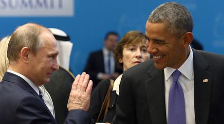 U.S. President Barack Obama (R) chats with Russia's President Vladimir Putin © Kayhan Ozer