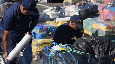 The crew of the Coast Guard Cutter Bertholf offloads more than 25 tons of cocaine in San Diego on Nov. 19, 2015. © dvidshub.net/Petty Officer 3rd Class Joel Guzman
