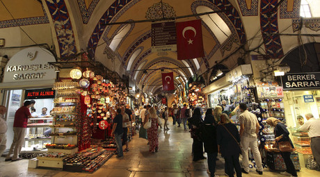 People visit the shops of gold dealers as local and foreign tourists stroll through the Grand Bazaar in Istanbul. © Murad Sezer / Reuters