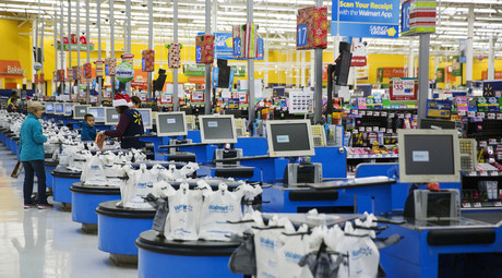 Employees work at the checkout counters of a Walmart store in Secaucus, New Jersey, November 11, 2015. © Lucas Jackson