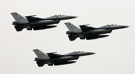 Turkish F-16 fighter jets fly in formation during a parade in Istanbul © Fatih Saribas