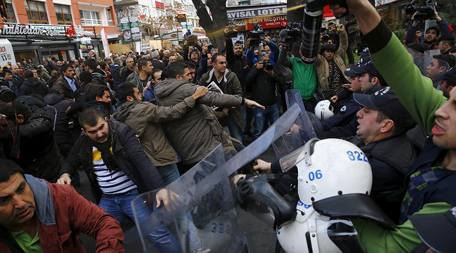 Police use tear-inducing agent against demonstrators during a protest over the arrest of journalists Can Dundar and Erdem Gul in Ankara, Turkey, November 27, 2015 © Umit Bektas