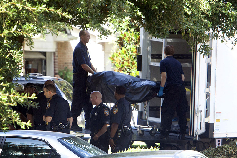 The second of eight bodies is loaded into the coroner's truck at the scene of a shooting in which eight people were killed, in Houston, Texas August 9, 2015. © Daniel Kramer