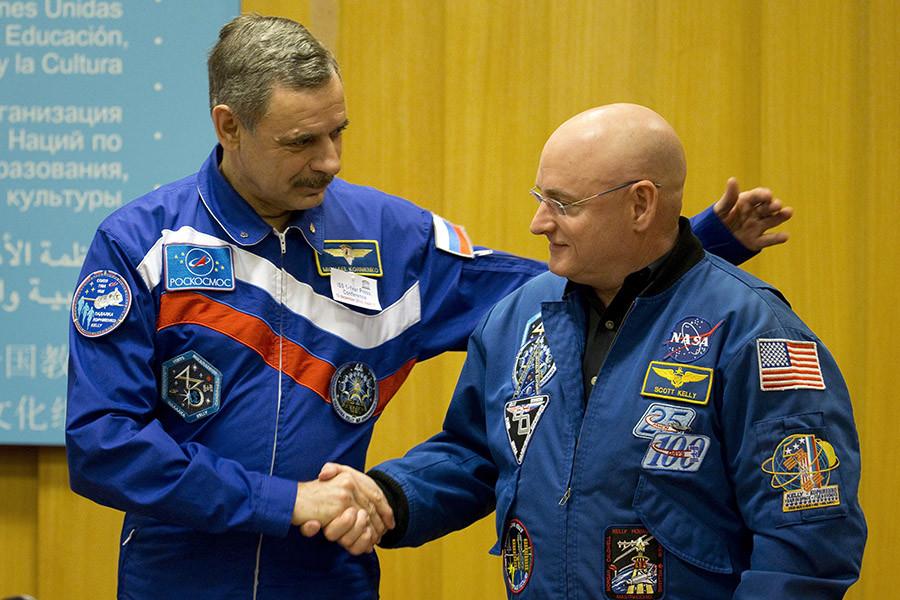 NASA astronaut Scott Kelly (R) shakes hands with Russian cosmonaut Mikhail Korniyenko © Charles Platiau