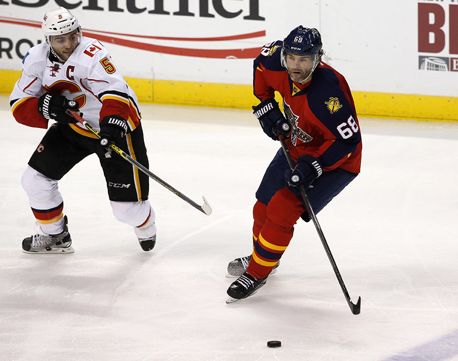 Florida Panthers right wing Jaromir Jagr (68) and Calgary Flames defenseman Mark Giordano (5). © USA Today Sports