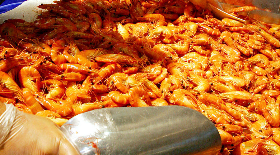Playing with food: Thieves pelt police with frozen shrimp while trying to break up chase