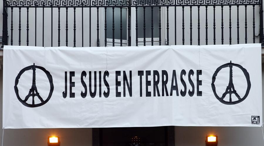 "A banner reads, ""Je suis en Terrasse"" (I am on the terrace) hangs above the ""A La Bonne Biere"" cafe in Paris, France, December 4, 2015. © Charles Platiau"