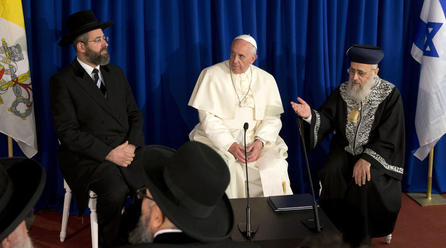 Pope Francis (C) meets Israel's Rabies David Lau (L) and Yitzhak Yosef (R) in Jerusalem May 26, 2014. © Andrew Medichini