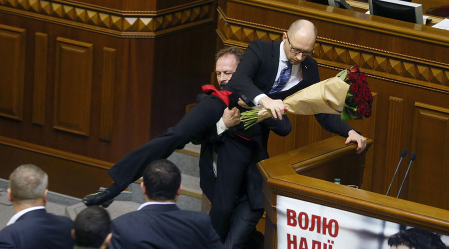 Rada rumble: Ukraine parliament fights it out as MP attempts to drag PM Yatsenyuk away (VIDEO)