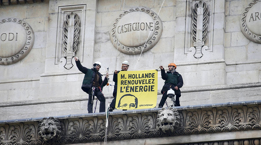 "Greenpeace activists hold a banner reading ""Mister Hollande, renew energy"" at the top of the Arc de Triomphe during a protest on the Champs Elysees avenue in Paris, France, December 11, 2015 as part of the World Climate Change Conference 2015 (COP21). © Charles Platiau"