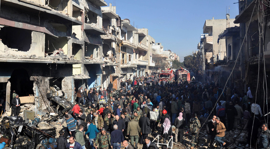 Syrians gather at the site of a car bomb explosion in al-Zahra neighborhood in Homs on December 12, 2015. © AFP