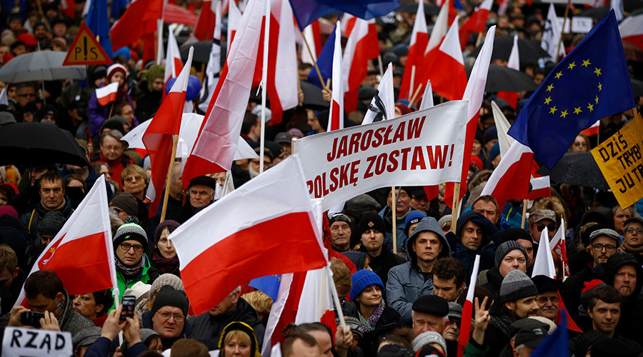 "People hold up a banner that reads, ""Jaroslaw (Kaczynski) leave Poland"", during an anti-government demonstration in front of the Constitutional Court in Warsaw, Poland December 12, 2015 © Kacper Pempel"