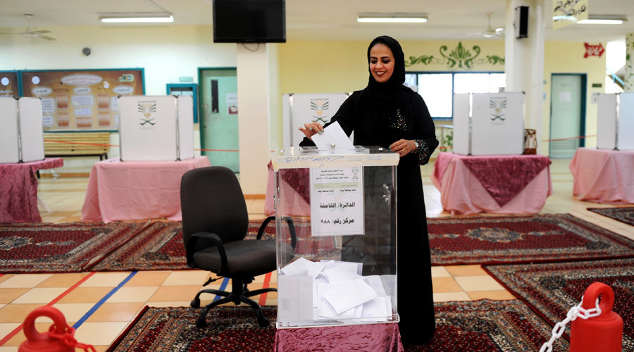 A Saudi woman casts her ballot in a polling station in the coastal city of Jeddah, on December 12, 2015. © STR