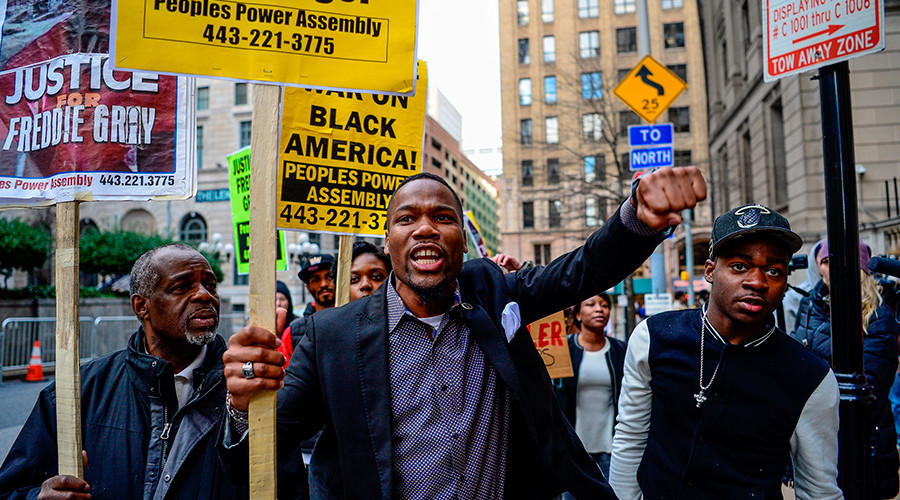 Activist Wesley West (C) leads a protest in front of the courthouse in Baltimore, December 16, 2015 © Bryan Woolston