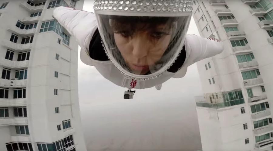 Birdwoman? Italian wingsuit jumper flies between 2 buildings in Panama (VIDEO)