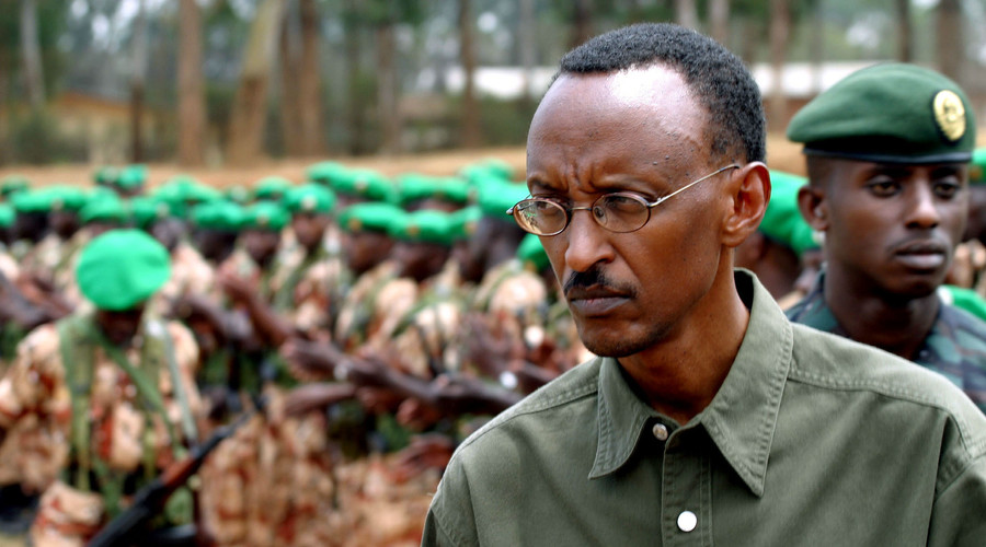 Rwandan President Paul Kagame inspects the 154 army troops during a ceremony in Kigali, August 14, 2004. © Finbarr O'Reilly