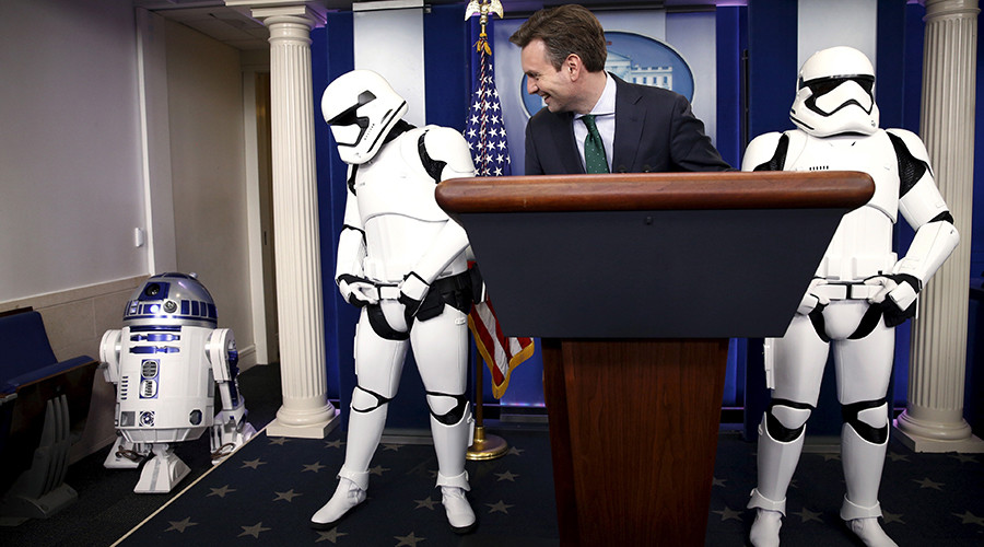 White House press secretary Josh Earnest and Star Wars Stormtroopers wait for Star Wars Robot R2-D2 (L) to enter the briefing room after U.S. President Barack Obama finished his end of the year news conference at the White House in Washington December 18, 2015.  © Kevin Lamarque