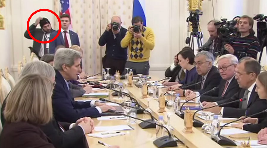 Lavrov-Kerry meeting gives people giggles, as security detail caught wearing winter hat (VIDEO)