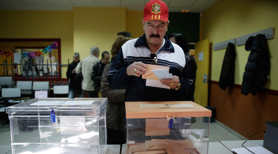 A man holds his ballots before voting in Spain's general election in Madrid, Spain, December 20, 2015. © Andrea Comas