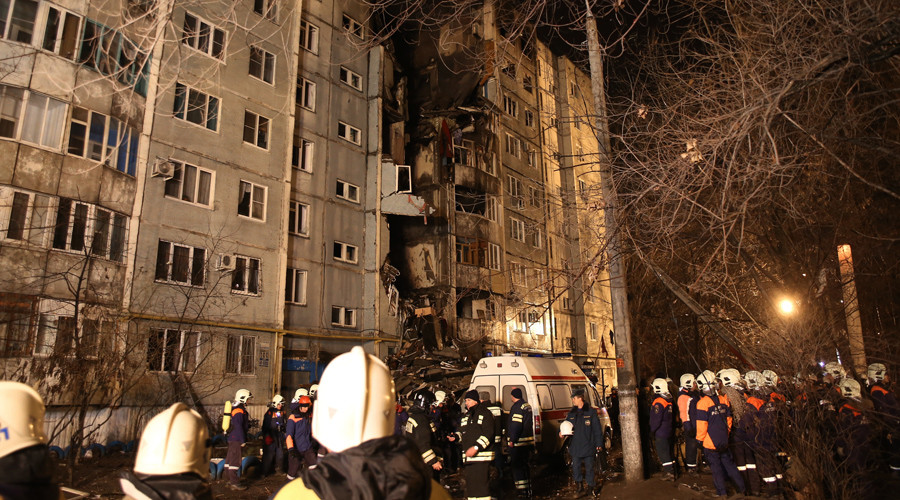 An Emergency Ministry crew members are seen near the residential building on Kosmonavtov Street in Volgograd destroyed in a household gas explosion © Kirill Braga