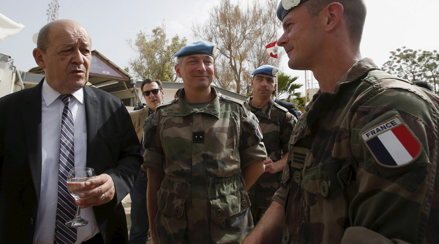 French Defense Minister Jean-Yves Le Drian (L) chats with French peacekeepers of the United Nations Interim Force © Ali Hashisho