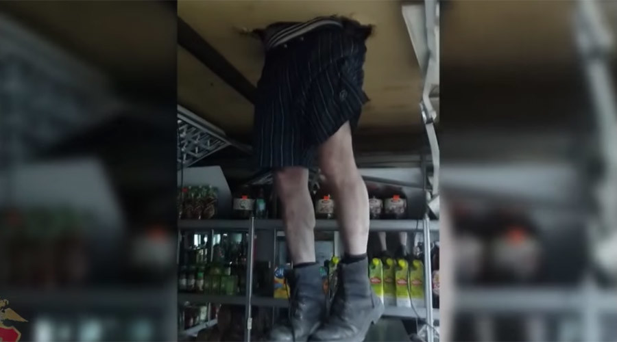 Crime doesn't pay: Siberian thief gets stuck in roof during robbery (VIDEO)