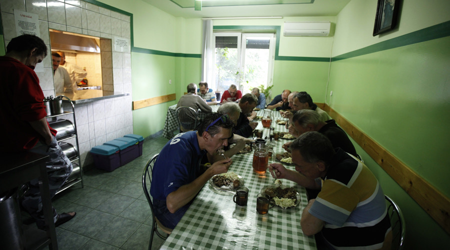 Residents eat their meal at the Camillian Mission shelter for homeless people in Warsaw © Kacper Pempel
