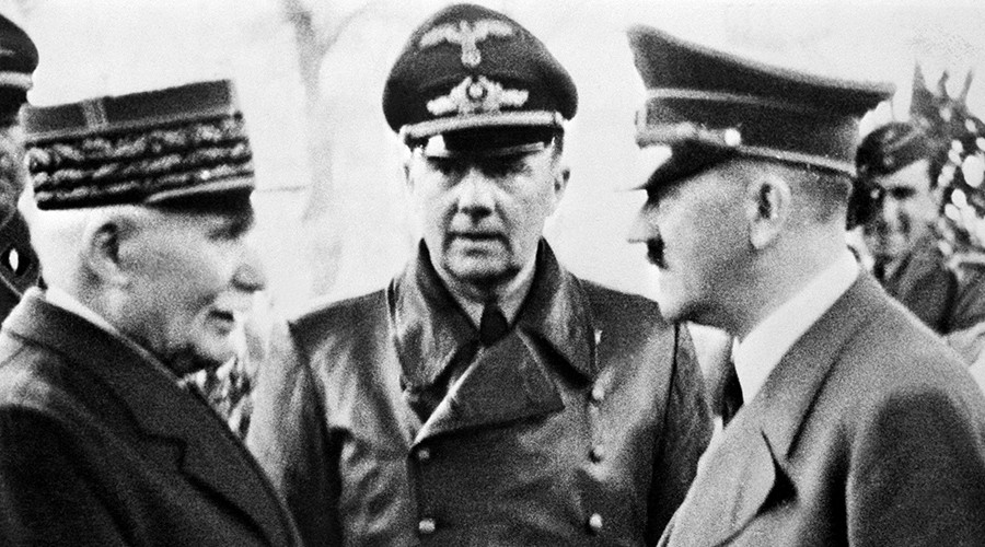 French Head of State Philippe Petain (L) shakes hands with German Chancellor Adolf Hitler in Montoire-sur-le-Loir, western France, on October 24, 1940 © Str