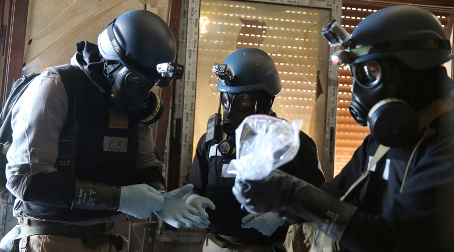 A U.N. chemical weapons expert, wearing a gas mask, holds a plastic bag containing samples from one of the sites of an alleged chemical weapons attack in the Ain Tarma neighbourhood of Damascus August 29, 2013. © Mohamed Abdullah