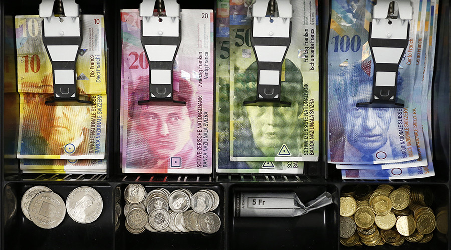 Swiss franc coins are seen in a cash drawer © Thomas Hode