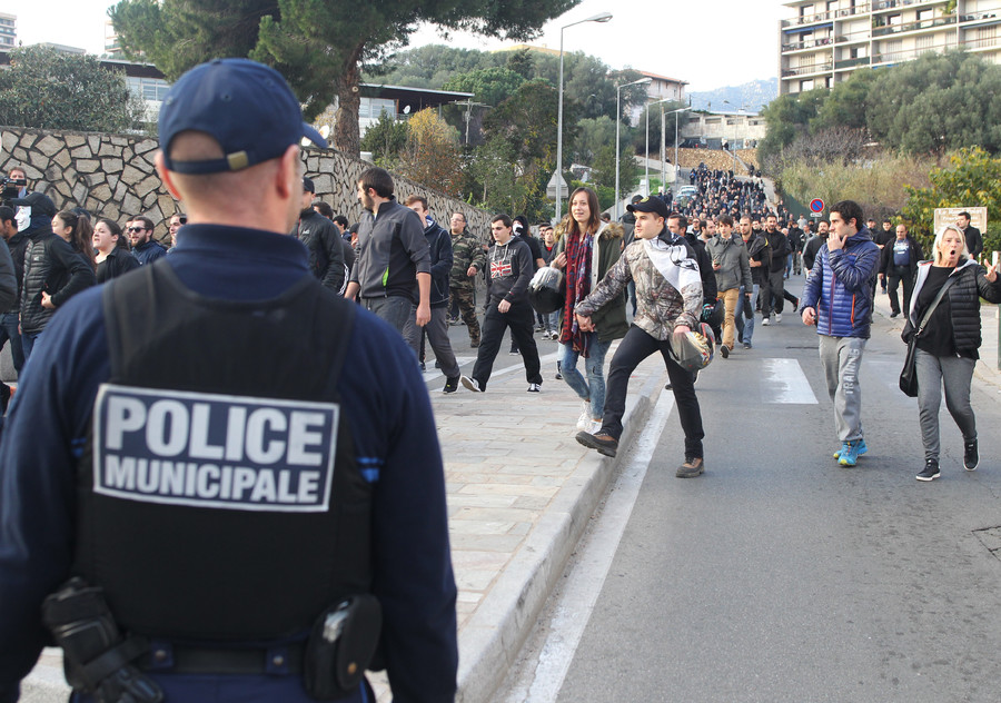 A police officer stand guards as people take part in a demonstration in Ajaccio on December 27, 2015 © Yannick Graziani