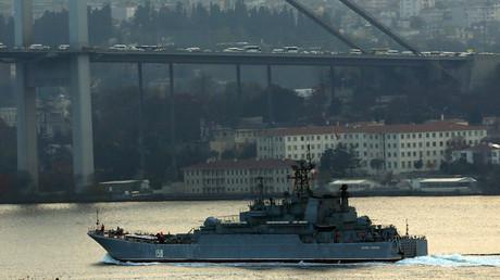 The Russian Navy's large landing ship Caesar Kunikov sets sail in the Bosphorus towards the Black Sea, in Istanbul, Turkey, November 25, 2015. © Murad Sezer
