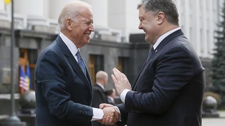 Ukraine's President Petro Poroshenko (R) welcomes U.S. Vice President Joe Biden in Kiev, Ukraine, December 7, 2015. ©Valentyn Ogirenko