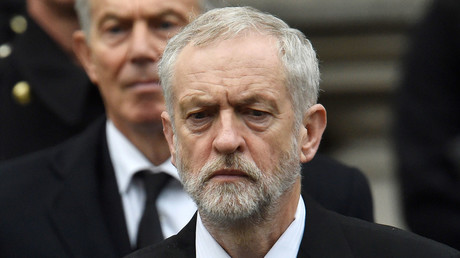 Former Prime Minister Tony Blair stands behind Jeremy Corbyn, the leader of Britain's opposition Labour Party at the Remembrance Sunday ceremony at the Cenotaph in central London, November 8, 2015. © Toby Melville