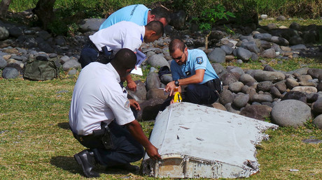 File picture shows French gendarmes and police inspecting a large piece of plane debris which was found on the beach in Saint-Andre, on the French Indian Ocean island of La Reunion, July 29, 2015. © Prisca Bigot