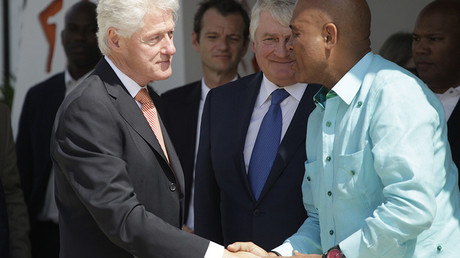 Former U.S. President Bill Clinton (L) shakes hands with Haiti's President Michel Martelly © Andres Martinez Casares