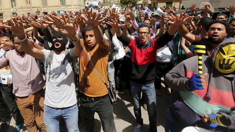 Cairo University students who are supporters of the Muslim Brotherhood shout slogans during a protest against the military and interior ministry at the university's campus in Giza, on the outskirts of Cairo, April 19, 2015. © Amr Abdallah Dalsh