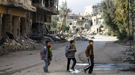 Syrian children cross a street as they head to their school in the northeastern city of Deir Ezzor © Ahmad Aboud